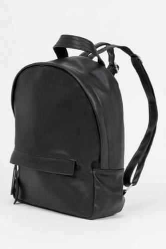 mochila-en-negro-de-Amichi