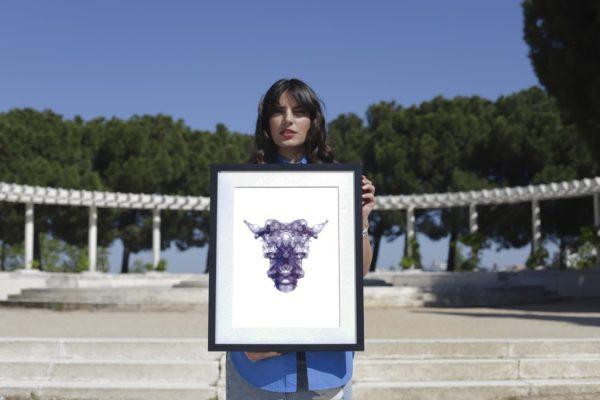 Antonia-Payeras-con-el-cuadro-de-Bullykor
