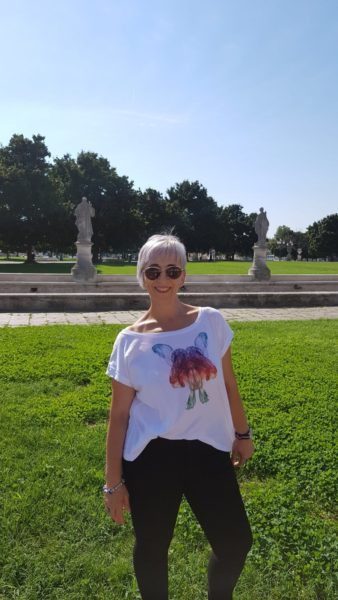 Isabel-Aguilera-con-la-camiseta-de-Clody-de-SmokeAliens