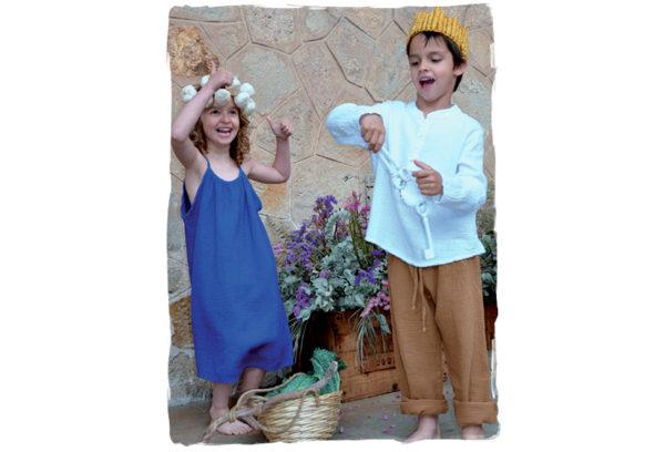 Niño-y-niña-vestidos-con-la-firma-Thula