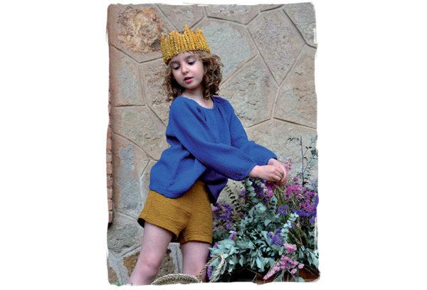 Niña-con-camisa-azul-y-pantalón-marrón-de-Thula