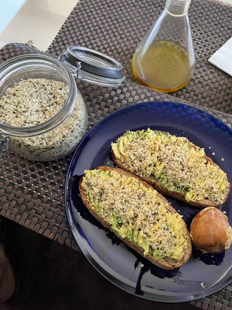 plato-con-tostas-de-aguacate-y-semillas-de-cañamo